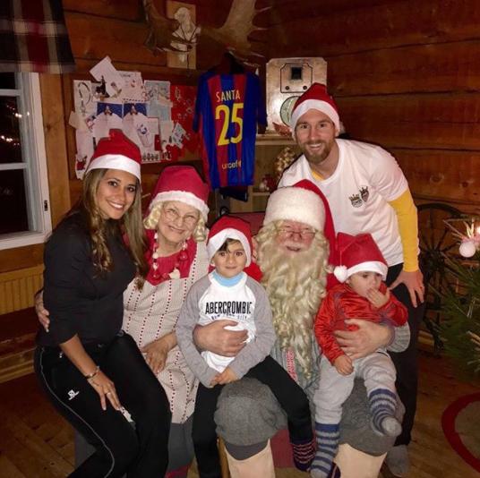 圣诞快乐!梅西全家与圣诞老人温馨合影