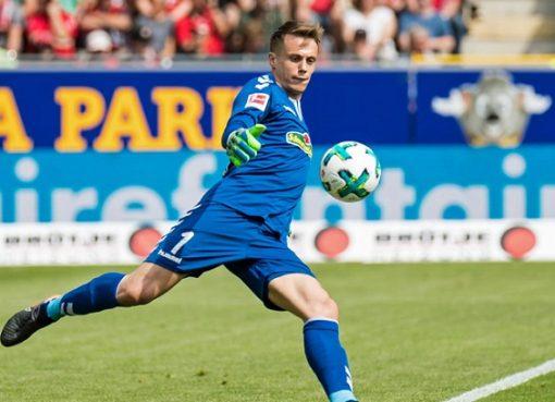 踢球者:巴黎和罗马有意弗赖堡门将施沃劳