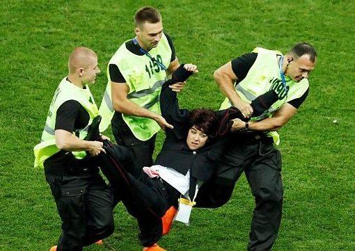没拦住反普京组织冲入决赛赛场的管理员将受到纪律处分