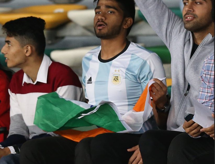 预热美洲杯?印度球迷身穿阿根廷球衣现身亚洲杯看台