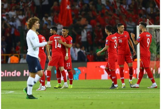欧预赛-法国队0-2遭遇近5场首败 后防线失误送大礼