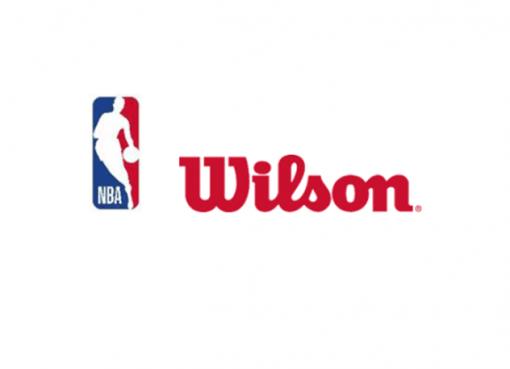 """北京时间5月15日,前NBA球员林书豪近日参加了丹尼-格林的播客节目,并回忆起他为洛杉矶湖人效力的2014-15赛季以及前队友科比-布莱恩特的往事。彼时的湖人正处于队史的至暗时期,科比由于肩袖撕裂赛季报销仅出战35场,而其他球员只能苦苦挣扎,最终他们单季仅取得21胜61负的糟糕战绩。 林书豪回忆道:""""我记得他那时候已经因伤赛季报销,所以他有段时间没有随队训练了,他在单独进行复健,我们大概有好几周的时间没有见到他。但他在交易截止日的前一天突然回到球馆,我们当时正在准备进行训练,大家都在热身。"""" """"然后他走了进来,穿着运动衫,受伤的肩膀缠着绷带,而且还戴着科比式的墨镜。大家看到他的时候都有些惊讶,卡洛斯-布泽尔上前对他说,'哥们儿,能见到你真是太好了,我们都有段时间没见到你了,你今天怎么来了?'然后科比板着脸说,'我就是来跟你们当中的一些废柴道别的,那些人明天就要被交易了。'随后,他坐到训练馆的技术台那里跟教练聊了几句,聊完就走了。我还记得当时有一个队友对此的反应是,'我失去了参加训练的全部动力。'"""" 需要留意的是,湖人在2014-15赛季的交易截止日没有完成任何交易,但科比当时所展现出的冷酷形象仍令队友印象深刻。"""